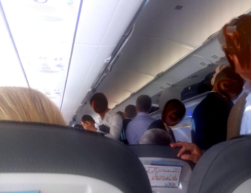 Stehen_im_Flugzeug